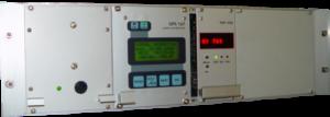 Gehäuse in das zwei Funkuhren eingebaut sind in einem Serverschrank