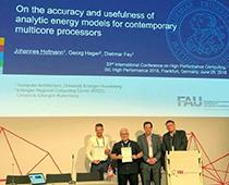"""Johannes Hofmann und Dr. Georg Hager nehmen den """"2018 Gauss Award"""" von Dr. Claus Axel Müller, geschäftsführender Direktor des GCS, und Prof. Dr.-Ing. Dr. h.c. Michael M. Resch (v.l.n.r.), Vorstandsvorsitzender des GCS, entgegen."""