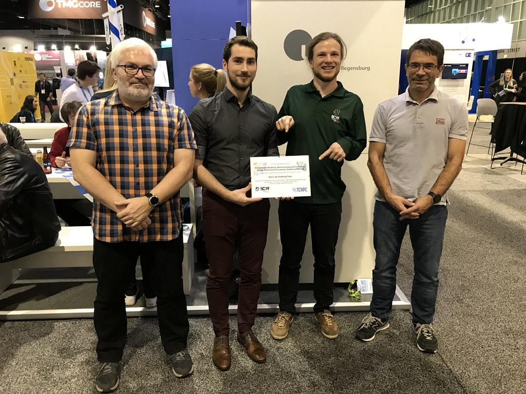 """Die Autoren mit ihrem """"Best Late Breaking Paper Award"""": Dr. Georg Hager, Jan Laukemann, Julian Hammer und Prof. Gerhard Wellein (v.l.n.r.)"""