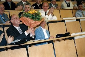Foto von Herrn Dr. Wolf mit Blumenstrauß