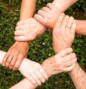 Sechs Hände greifen ineinander (Quelle: Pixabay, freie kommerzielle Nutzung)