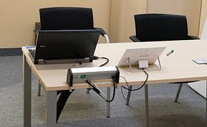 Symbolbild mit Raum an der FAU mit Video- und Audiokonferenz-Technik